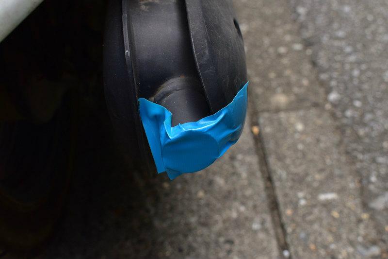原付ミニバイクの洗車 マフラーの穴ををテープでふさぐ